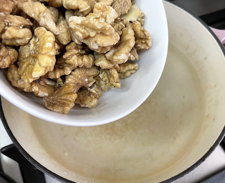 桃洗乾淨,水滾後放入合桃大約煮3分鐘,盛起後用廚紙吸乾水份