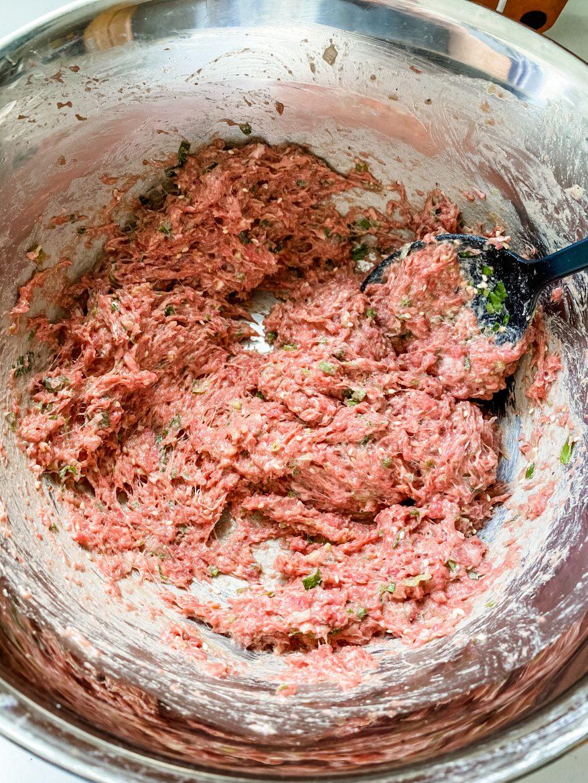 把麵團分成10等份,桿成圓形,包入牛肉餡。